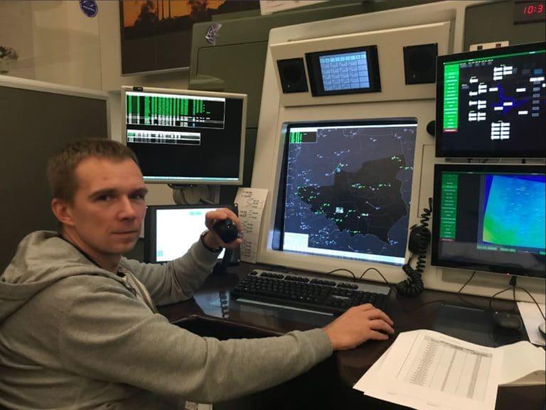 Ma być bezpiecznie i sprawnie – rozmowa z Adamem Lewińskim, kontrolerem ruchu lotniczego.