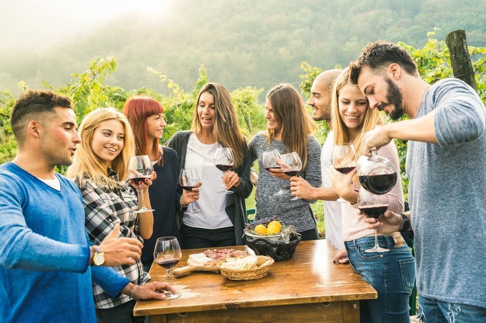 Uczestnicy wyjazdu incentive degustują wino w Andaluzji.