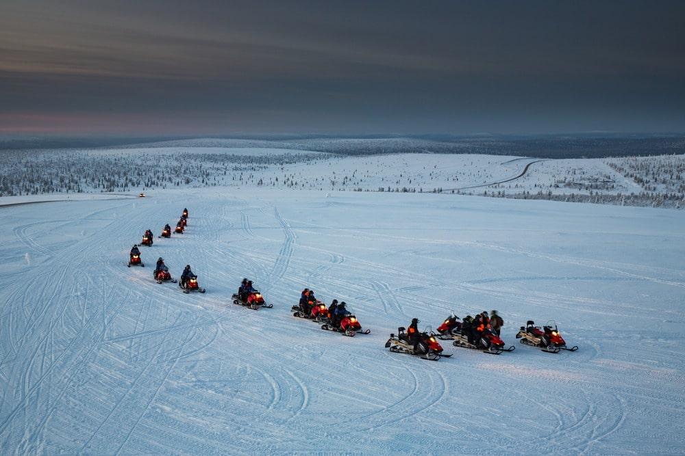 Skutery śnieżne podczas wyjazdu motywacyjnego w Laponii.