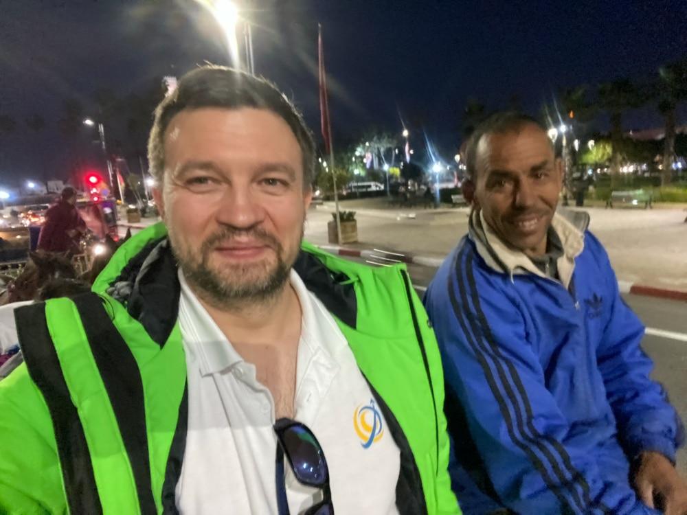 Przejazd bryczkami po Marrakeszu podczas wyjazdu firmowego